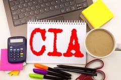 Exprimez écrire la CIA dans le bureau avec l'ordinateur portable, marqueur, stylo, papeterie, café Concept d'affaires pour le Ba  image libre de droits