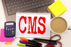 Exprimez écrire le CMS dans le bureau avec l'ordinateur portable, marqueur, stylo, papeterie, café Concept d'affaires pour le bac photos stock