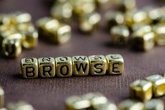 Exprimez BROWSE faite à partir de petites lettres d'or sur le backgrou brun photos stock