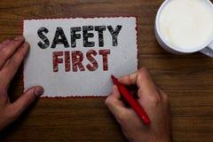 Exprimez concept d'affaires de sécurité des textes d'écriture le premier pour Avoid n'importe quel homme inutile d'attention de L photo libre de droits