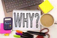 Exprimez l'écriture pourquoi question dans le bureau avec l'ordinateur portable, marqueur, stylo, papeterie, café Concept d'affai image stock