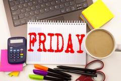 Exprimez l'écriture vendredi dans le bureau avec l'ordinateur portable, marqueur, stylo, papeterie, café Concept d'affaires pour  photos libres de droits