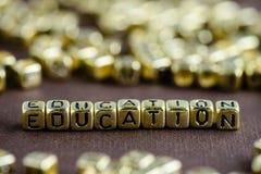 Exprimez l'ÉDUCATION faite à partir de petites lettres d'or sur le backg brun photographie stock