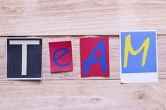 Exprimez l'équipe placée de coloré sur le conseil en bois, concept Busi image libre de droits