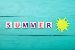 Exprimez l'été avec le soleil de papier sur le fond en bois bleu Voir les mes autres travaux dans le portfolio Copiez l'espace va photo libre de droits