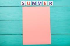 Exprimez l'été et l'empaquetez avec l'espace de copie sur le fond en bois bleu Moquerie de liste de contrôle de vacances  Copiez  photographie stock