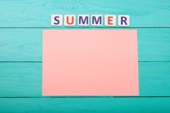 Exprimez l'été et l'empaquetez avec l'espace de copie sur le fond en bois bleu Vue supérieure Voir les mes autres travaux dans le images stock