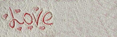 Exprimez l'amour écrit avec des coeurs sur le fond de farine Photos libres de droits