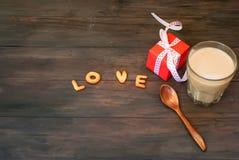 Exprimez l'amour écrit avec l'esprit de lettres, de boîte-cadeau et de café de biscuit Photographie stock