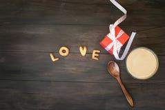Exprimez l'amour écrit avec l'esprit de lettres, de boîte-cadeau et de café de biscuit Image libre de droits