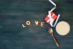 Exprimez l'amour écrit avec l'esprit de lettres, de boîte-cadeau et de café de biscuit Photo stock
