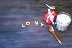 Exprimez l'amour écrit avec l'esprit de lettres, de boîte-cadeau et de café de biscuit Image stock