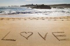 Exprimez l'amour écrit dans le sable d'une belle plage Photos libres de droits