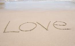 Exprimez l'amour écrit dans le sable sur la plage tropicale Photographie stock libre de droits