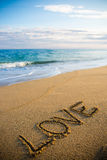 Exprimez l'amour écrit en sable sur la plage Photographie stock