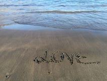 Exprimez l'amour écrit sur la plage avec de l'eau Images libres de droits