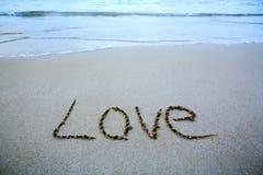Exprimez l'amour écrit sur le sable près de la mer Photo stock
