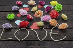 Exprimez l'amour avec de belles fleurs sur le fond brun photo stock