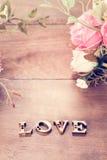 Exprimez l'amour avec la fleur rose sur la table en bois Photographie stock libre de droits