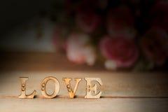 Exprimez l'amour avec la fleur rose sur la table en bois Photographie stock