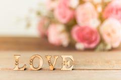 Exprimez l'amour avec la fleur rose sur la table en bois Images libres de droits