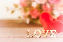 Exprimez l'amour avec la fleur rose sur la table en bois, Photos libres de droits