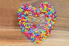 Exprimez l'amour avec le jour de valentines en forme de coeur avec la couleur de pierres Images stock