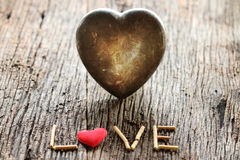 Exprimez l'amour avec le rouge et metal le jour de valentines en forme de coeur Image libre de droits