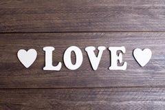 Exprimez l'amour avec les lettres blanches entre deux coeurs Image libre de droits
