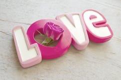 Exprimez l'amour avec s'est levé sur le fond en bois blanc Photos libres de droits