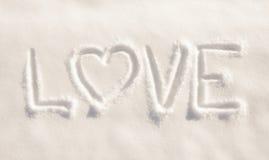 Exprimez l'amour avec un coeur, écrit dans la neige pulvérulente fraîche Photos libres de droits