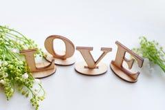 Exprimez l'amour composé avec les lettres en bois sur la table Photos libres de droits