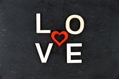 Exprimez l'AMOUR créé des lettres en bois, forme en bois rouge de coeur au milieu Photos libres de droits