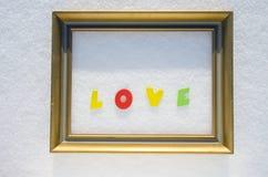 Exprimez l'amour dans le cadre de tableau d'or sur la neige Jour de Valentine Images libres de droits