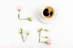 Exprimez l'amour de la tasse de café et offrez les fleurs roses Photographie stock libre de droits