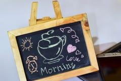 Exprimez l'amour de matin écrit sur un tableau sur lui et le smartphone, ordinateur portable image stock