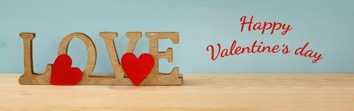 Exprimez l'AMOUR des lettres en bois et des coeurs rouges Photographie stock libre de droits