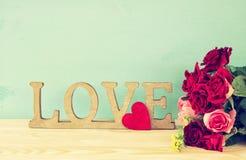 Exprimez l'AMOUR des lettres en bois et du coeur rouge Photographie stock libre de droits