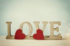 Exprimez l'AMOUR des lettres en bois et du coeur rouge Image libre de droits