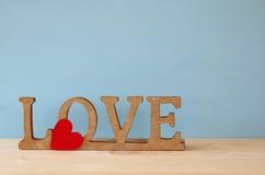 Exprimez l'AMOUR des lettres en bois et du coeur rouge Images stock