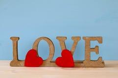 Exprimez l'AMOUR des lettres en bois et du coeur rouge Photographie stock