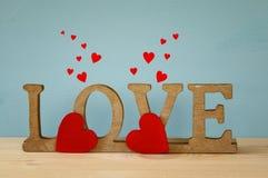 Exprimez l'AMOUR des lettres en bois et du coeur rouge Images libres de droits