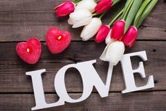 Exprimez l'amour, deux bougies rouges sous la forme de coeur et le ressort lumineux Photos libres de droits