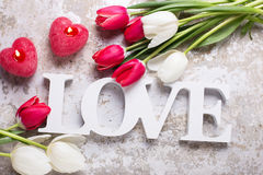 Exprimez l'amour, deux bougies rouges sous la forme de coeur et le ressort lumineux Image libre de droits