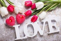 Exprimez l'amour, deux bougies rouges sous la forme de coeur et le ressort lumineux Photographie stock libre de droits