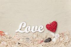 Exprimez l'amour et la forme de coeur de jouet sur le filet et les coquilles Image libre de droits