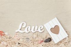 Exprimez l'amour et le cadre, filet avec des coquilles Image stock