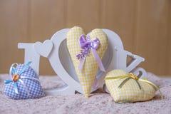 Exprimez l'amour et le jaune, coeurs faits main bleus Image stock