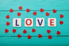 Exprimez l'amour et les coeurs sur le fond en bois bleu Vue supérieure Copiez l'espace Voir les mes autres travaux dans le portfo Photo stock