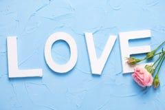 Exprimez l'amour fait à partir des lettres en bois blanches et des fleurs roses de roses images stock